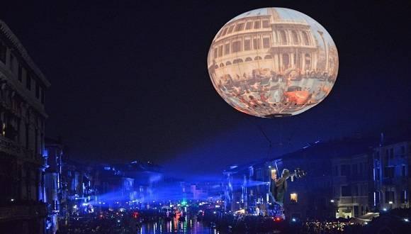 El Carnaval de Venecia es una evocadora fiesta popular considerada única por su historia, sus disfraces y su ambiente. Conocida y apreciada en todo el mundo, la fiesta atrae cada año a miles de turistas. Foto: AP.