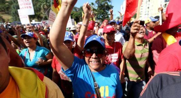 Venezolanos rechazan la salida de la Asamblea Nacional de los retratos de Chávez y Bolivar. Foto: AVN.