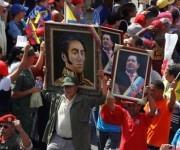 Venezolanos rechazan la salida de la Asamblea Nacional de los retratos de Chávez y Bolivar. Foto: Reuters.