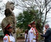 El canciller de Palestina colocó una ofrenda floral a Yasser Arafat en La Habana. Foto: Marcelino Vázquez Hernández/ACN .