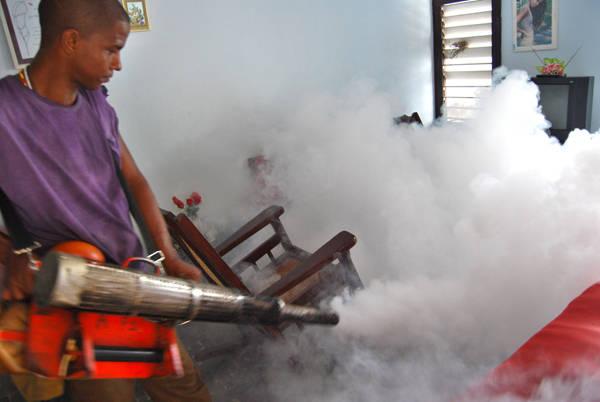 Cuba lleva hacia delante una campaña antivectorial intensiva en todo el país, para prevenir la entrada del zica. Foto: Roberto Ruiz/Juventud Rebelde.