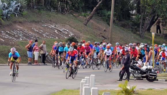 La tercera etapa del clásico ciclístico se corrió entre Santiago y Bayamo. Foto: Ricardo López Hevia