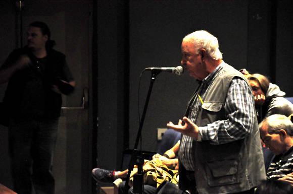 6 El Master Carlos Bastón, uno de los muchos que preguntaron al Peter sobre su trabajo. Foto. Roberto Garaicoa