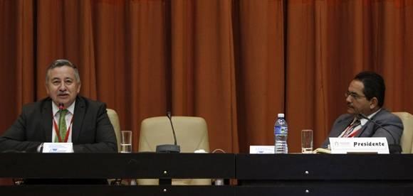El Dr. Francisco Telémaco durante su conferencia reprogramada en la Sala 1 a partir de la ausencia de Eusebio Leal, debido a problemas de salud. Foto: José Raúl Concepción/Cubadebate.