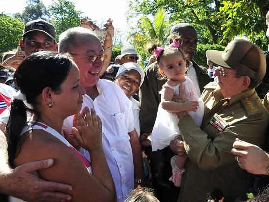 A cada paso, Raúl recibió muestras de aprecio de los santiagueros. Foto: Estudio Revolución