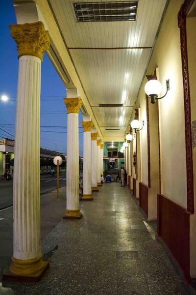 Amanecer en los portales del centro de la ciudad capital, en Las Tunas, Cuba, el 18 de febrero de 2016. Foto: Yaciel Peña de la Peña / ACN