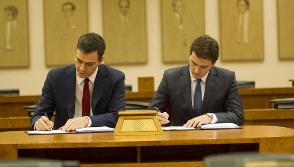 Pedro Sánchez y Albert Rivera firman el acuerdo. Foto tomada de hipertextual.com.