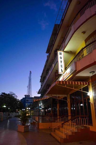 Amanecer en el Hotel Cadillac del centro de la ciudad capital, en Las Tunas, Cuba, febrero de 2016. Foto: Yaciel Peña de la Peña / ACN