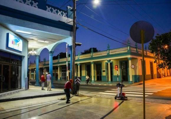 Amanecer en la intersección de las calles Vicente García y Francisco Vega del centro de la ciudad capital, en Las Tunas, Cuba, febrero de 2016. Foto: Yaciel Peña de la Peña / ACN