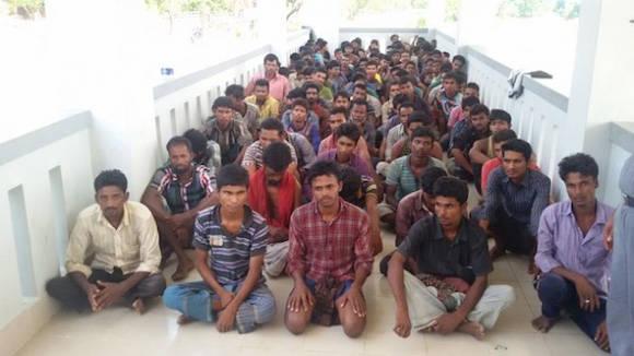 Bangladesíes que pretendían emigrar fueron abandonados por traficantes de personas en alta mar y posteriormente rescatados por la Guardia Fronteriza de Bangladesh. Foto: Abdur Rahman/IPS.