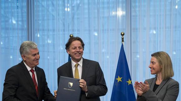 Dragan Covic con el ministro de Exteriores holandés y Federica Mogherini en Bruselas. Foto: Virginia Mayo/AP.