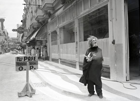 El Caballero de París recorriendo las calles de La Habana en los años 50. Foto: Archivo de Carlos Rosquete Rodríguez / Cubadebate