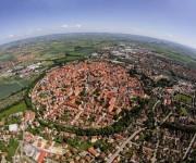Ciudad de Nördlingen Baviera, que fue construida en el cráter que creó un meteorito que cayó hace unos 14 millones de años. Foto. imgur.