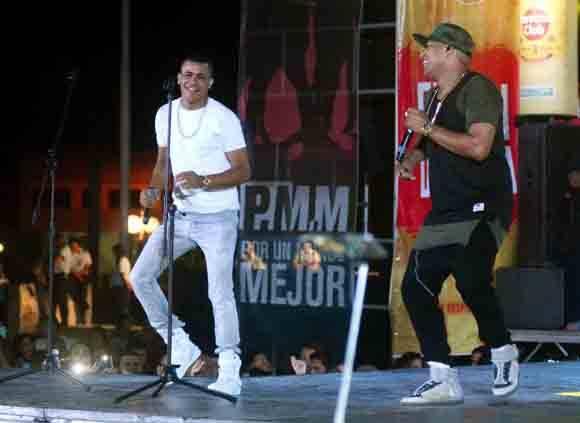 Alexander Delgado y Randy Malcom, popular dúo reguetonero Gente de Zona, durante un concierto ofrecido en la Plaza de la Revolución Ignacio Agramonte, en Camagüey, el 24 de febrero de 2016. ACN FOTO/ Rodolfo BLANCO CUÉ