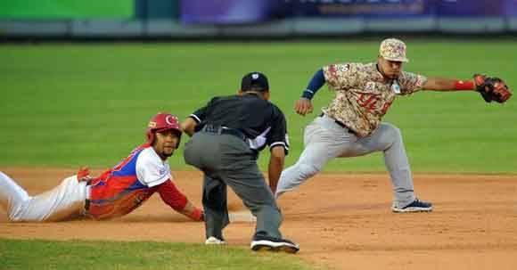 Yuliesky está teniendo un buen rendimiento con el madero, pero ha fallado varias veces con hombres en bases. En este partido perdonó dos veces con compañeros en posición anotadora. Foto: Ricardo López Hevia/Granma/Cubadebate.