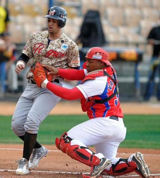 Por el mal corrido de bases Venezuela se perdió la oportunidad de agrandarf el marcador en la 1ra entrada. Foto: Ricardo López Hevia/Granma/Cubadebate.