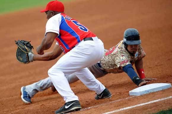Ariel Borrero (en la imagen) fue sustituido por Yorelvis Charles. Ninguno lo hizo bien en este partido. Foto: Ricardo López Hevia/Granma/Cubadebate.