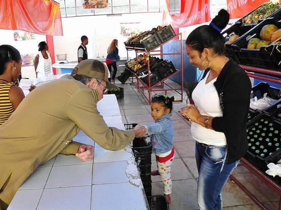 El General de Ejército visitó el mercado de productos agropecuarios El Avileño. Foto: Estudio Revolución