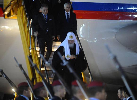 El líder religioso fue recibido en la terminal aérea por autoridades religiosas y del Gobierno paraguayo. Foto: Diego Peralbo/ ABC Color.