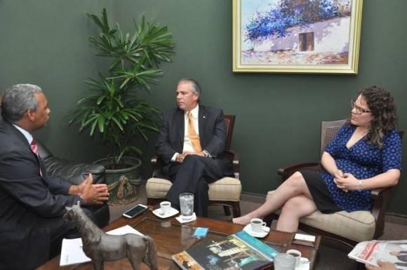Entrevista. El embajador de Cuba en el país, Carlos De la Nuez López, ofrece declaraciones a la jefa de Redacción de Listín Diario, María I. Soldevila, y el reportero Viviano de León.