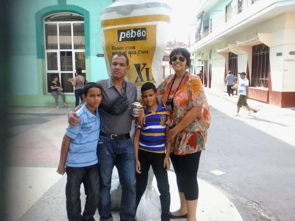 En Familia, en una esquina del paseo bayamés. Foto: Ricardo Saiz Iglesias /  Cubadebate
