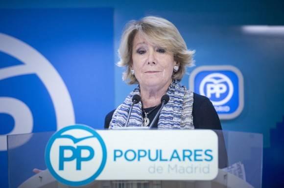 Esperanza Aguirre habla sobre su dimisión a los periodistas.Foto: EFE