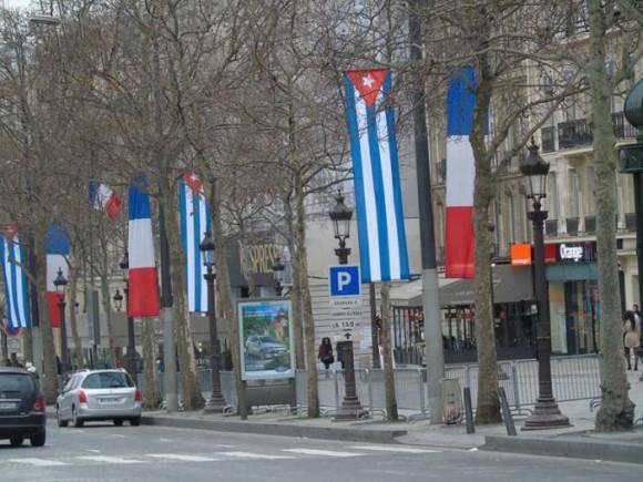Desde hace algunos días la Avenida de los Campos Elíseos está ataviada a ambos lados con banderas cubanas y francesas. Foto: Cubaminrex