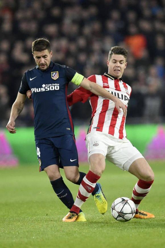 Gabi y Van Ginkel durante una acción del partido en el Atlético-PSV. Foto: AFP.