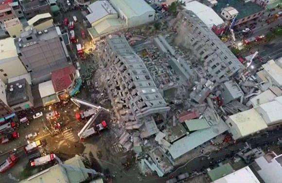 Imagen captada de un vídeo grabado desde un helicóptero del edificio derrumbado. Foto: AFP.