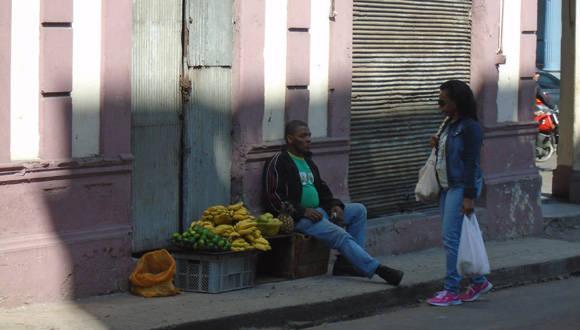En Infanta y Jovellar, un vendedor de productos agrícolas, bajo la licencia de carretillero, comercializa alimentos sin carretilla alguna. Foto: DISC.