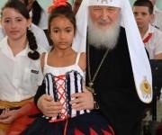 Su Santidad Kirill, Patriarca de Moscú y de Toda Rusia, posa para una foto  junto a una niña de la escuela de Solidaridad con Panamá, en su visita visita a esa institución docente dedicada a niños con necesidades especiales.  Cuba,  el 13 de febrero de 2016.  Foto: Modesto Gutiérrez Cabo / ACN