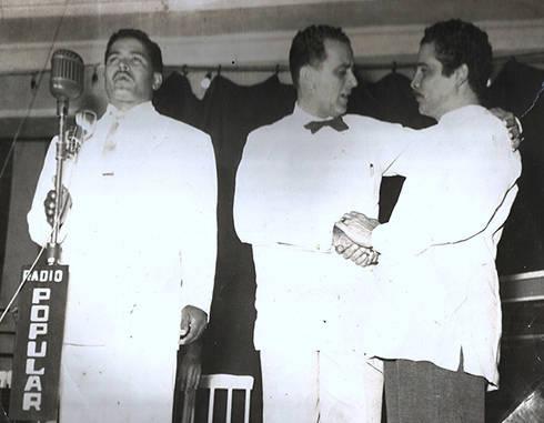 Lázaro Iglesias Laza, locutor de Radio Popular, del Cerro; presentando a Daniel Santos.