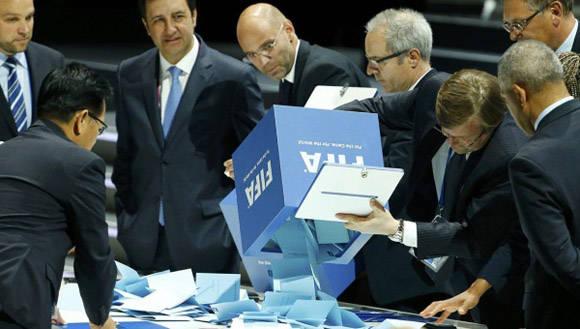 La FIFA obtiene ganancias superiores a los mil 500 millones de dólares al año y asocia a más países que las Naciones Unidas. Foto: AP.