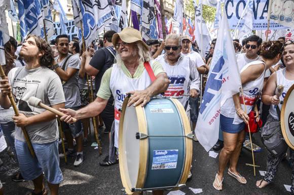 Denuncian en Plaza de Mayo sistema de despidos de Macri. Foto. Kaloian/Cubadebate