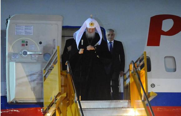 Poco después de las 22 20 de este domingo, el patriarca ortodoxo ruso Kiril arribó a Paraguay tras visitar Cuba y reunirse con el papa Francisco. Foto: Diego Peralbo/ABC Color.