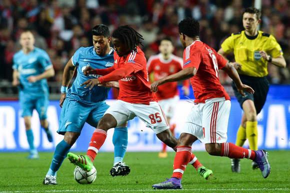 Renat, la joven perla del Benfica intenta marcharse de varios rivales. Foto: AFP.