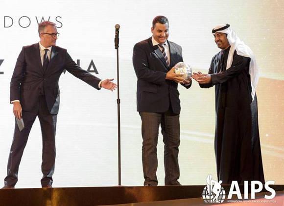 El fotorreportero, Ricardo López Hevia, recipe el Sport Media Pearl Awards, en la categoría fotográfica Gestas atléticas. Foto tomada de su perfil en Facebook.