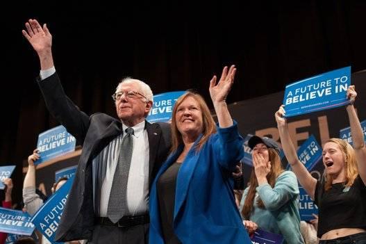 Bernie Sanders junto a su mujer, Jane O'Meara Sanders, durante uno de los actos de la campaña. Foto: AFP.