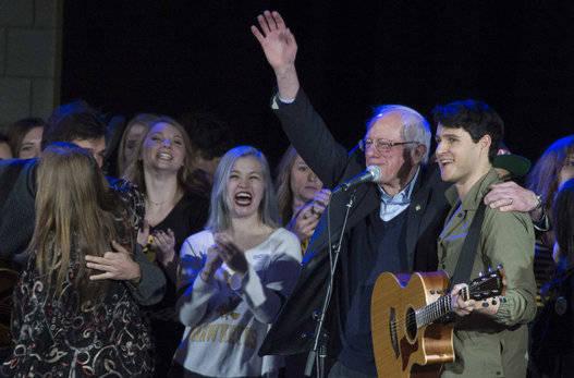 Sanders es un enamorado de la música. En la imagen, con Ezra Koenig, cantante de Vampire Weekend. Foto: AFP.