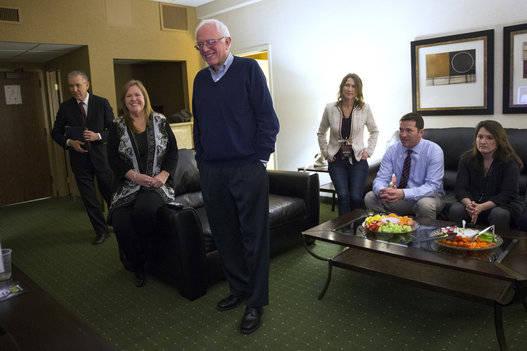 Sanders siguió en familia el transcurso de los 'caucus' de Iowa. Foto: AP.