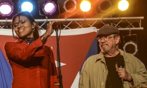 "Ivette Letussé y Silvio cantan a dúo ""Rabo de nube"". Foto: Kaloian."