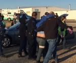 Ayudan a uno de los 30 heridos. Foto: @AAndersonKSN.