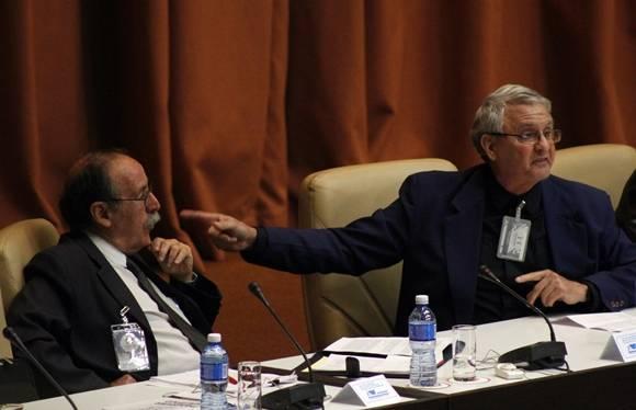 Los investigadores Agustín Lage y Carlos Cabal. Foto: José Raúl Concepción/Cubadebate.