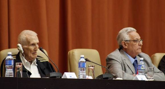El asesor del presidente, José Ramón Fernández (izq.) y el ministro de Educación Superiror, Rodolfo Alarcón. Foto: José Raúl Concepción/Cubadebate.