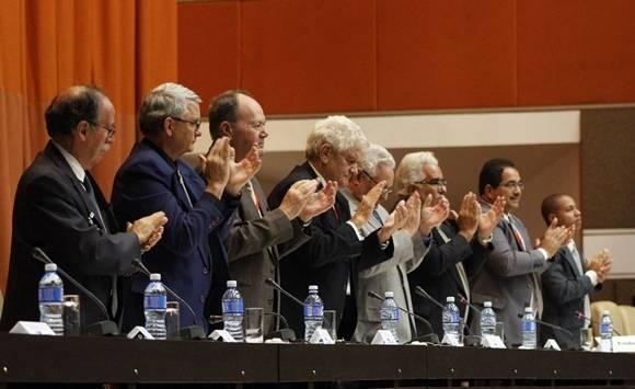 Los miembros del panel aplauden en homenaje a Fidel. Foto: José Raúl Concepción/ Cubadebate.