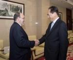 Presidente de la Agencia de Noticias Xinhua, Cai Mingzhao, se reúne con el embajador cubano en China, Alberto Blanco Silva en Beijing, capital de China, el 2 de febrero de 2016. Foto: Li Xueren / Xinhua.