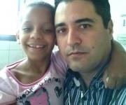 Yohan y Nina. Médico cubano y niña brasileña