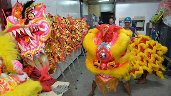 El dragón, a la izquierda, y el león a la derecha. Foto: Ted Aljibe/AFP.