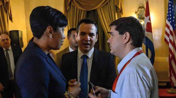 La Alcaldesa de Washington conversa con Jorge Legañoa, de la Agencia Cubana de Noticias. Foto: ACN