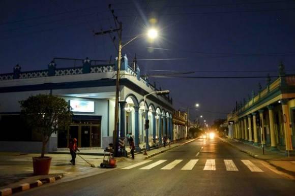 Amanecer en la calle Vicente García del centro de la ciudad capital, en Las Tunas, Cuba, el 18 de febrero de 2016. Foto: Yaciel Peña de la Peña / ACN